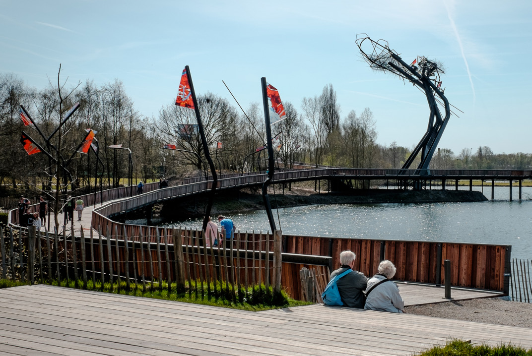 Passerelle et sculpture One World