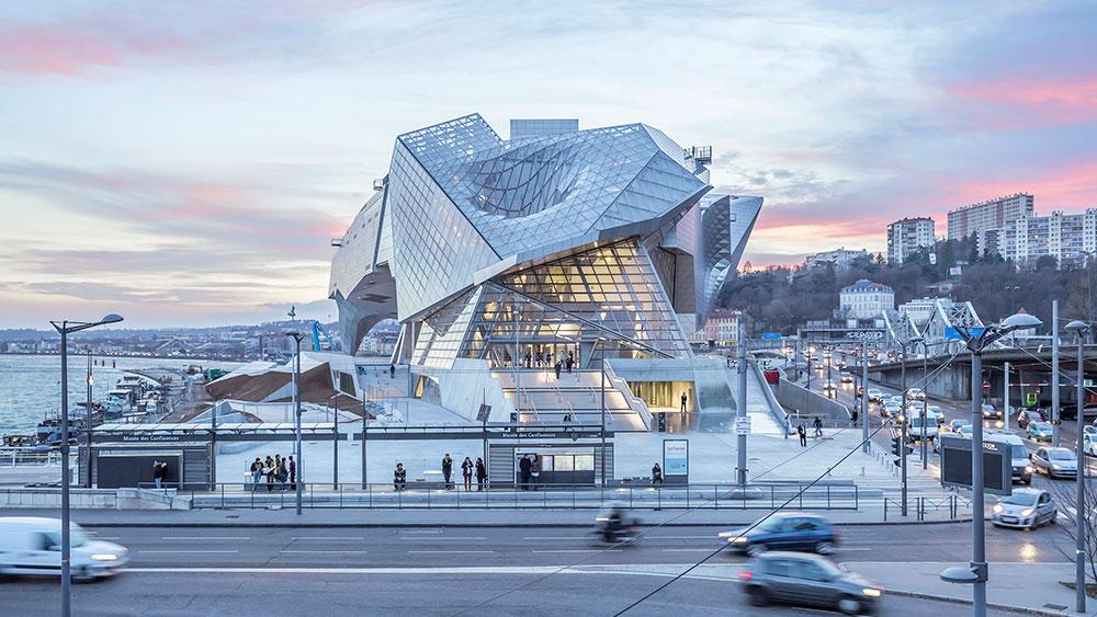 Sous un nuage d inox mat mus e des confluences lyon for Architecte musee confluence
